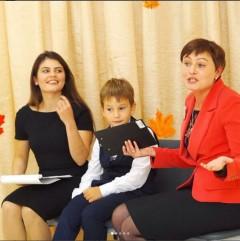 Школьники поздравляют любимых педагогов